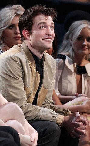 File:Robert Pattinson 2011 People Choice Awards JbL3 aK9Syfl.jpg