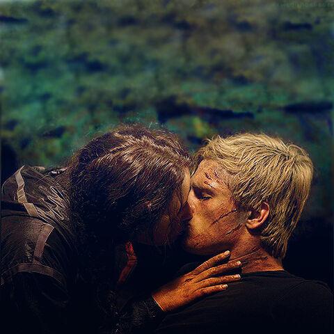 File:Katniss-peeta-kiss.jpg