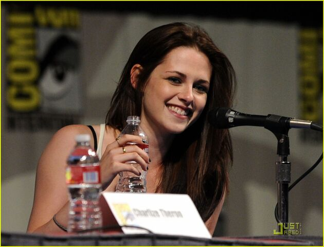 File:Kristen-stewart-snow-white-sdcc-01.jpg