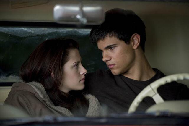 File:Jacob and bella new moon.jpg