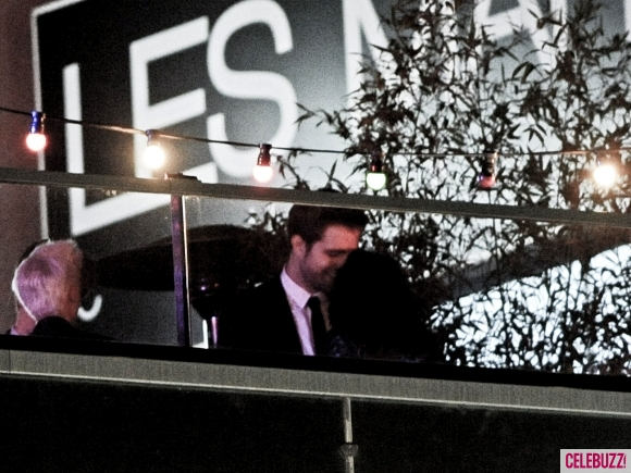 File:21Robert-Pattinson-and-Kristen-Stewart-Kissing-052312-580x435.jpg