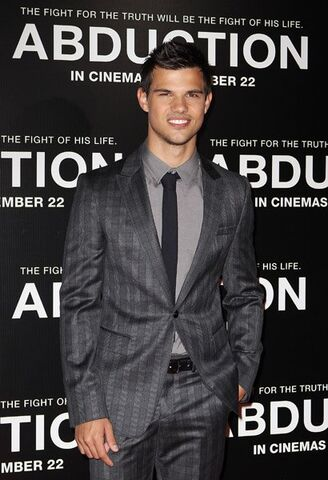 File:Taylor-lautner-sydney-abduction-premiere-3.jpg