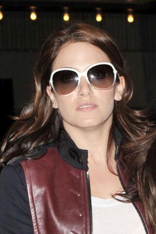 File:Twilight+star+Nikki+Reed+wears+oversized+sunglasses+1NyOyk24R52l.jpg