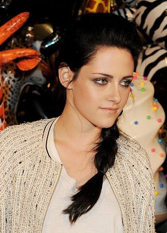 File:KSTEWARTFANS110918-21 (1).jpg