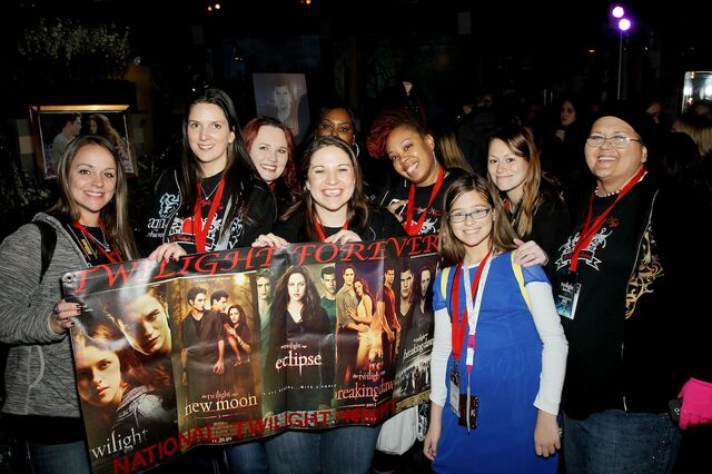 File:Fans inside Planet Hollywood.JPG
