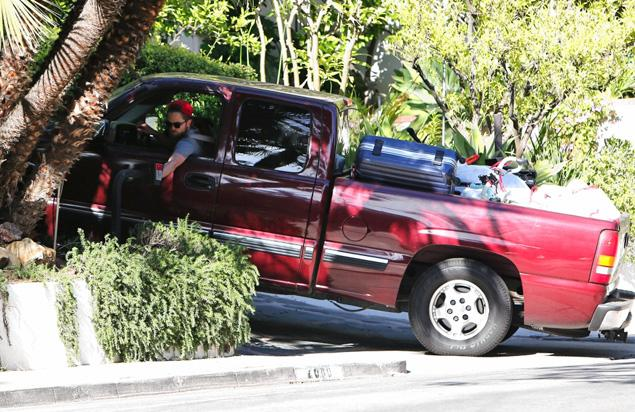 File:Robert-pattinson leaving krisens house.jpg