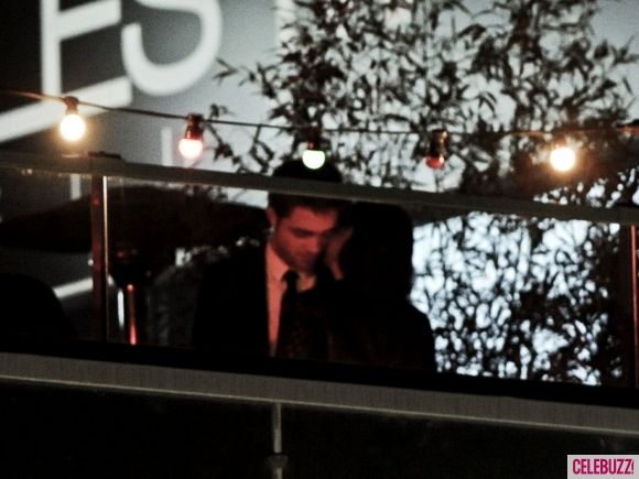 File:17Robert-Pattinson-and-Kristen-Stewart-Kissing-052312-580x435.jpg