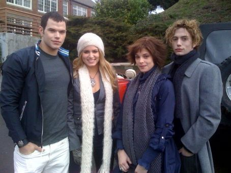 File:Emmett-Rosalie-Alice-Jasper-twilight-couples-7273326-454-340.jpg