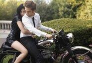 250px-Robert Pattinson and Kristin Stewart in Bazaar (3)
