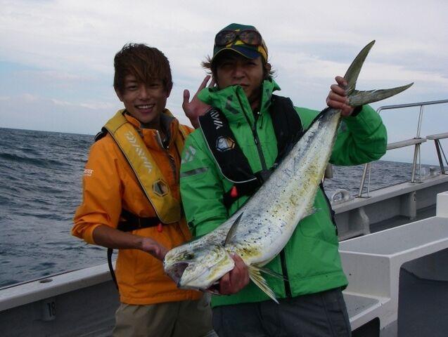 File:Takeshi & Taiyo with a fish.jpg