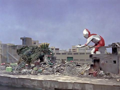 File:Ultraman v Guesra.png