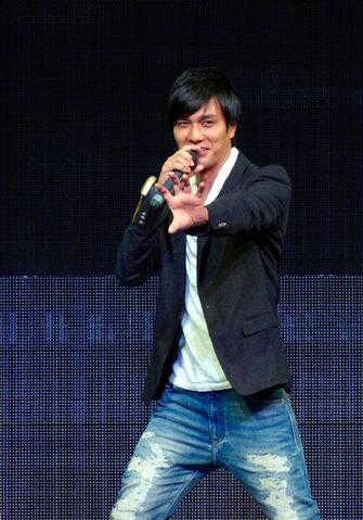 File:Hassei ''henshin'' in Stage.jpg