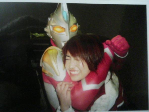 File:Max & Hitomi behind the scene.jpg