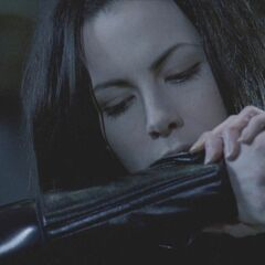 Selene bites herself in order to revive Viktor and inform him of Kraven's plans.