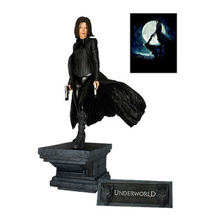 Figurine by Hollywood Collectables.