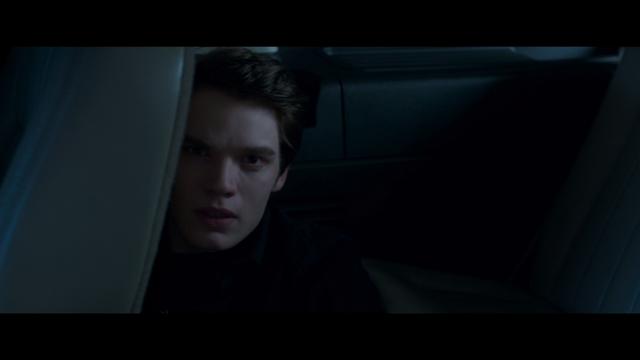 File:Christian kijkt raar als hij Rose contact ziet zoeken met Lissa.png