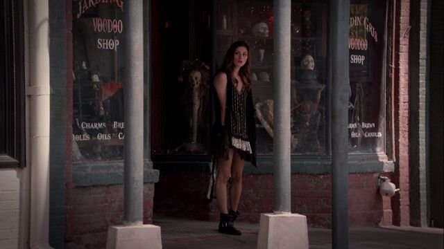 File:Hayley outside Jardin Gris TO 1x02.jpg