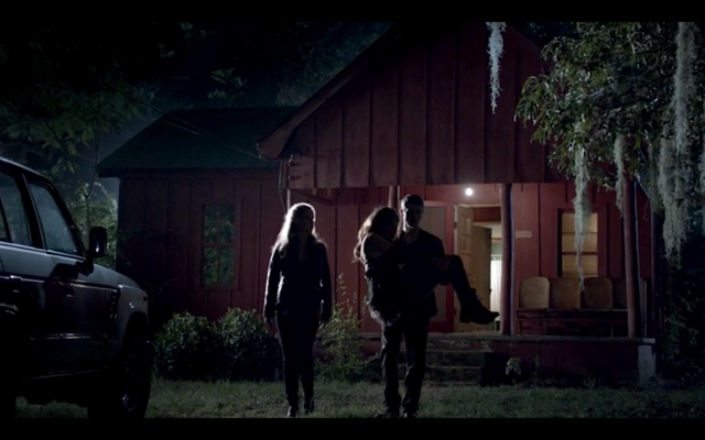 File:1x04-Klaus carrying Hayley.png