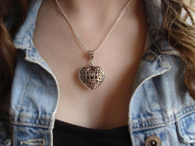 File:Caroline vervain necklace.jpg