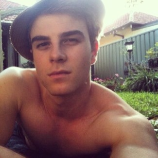 File:Nathaniel-Buzolic-shirtless-selfie-first-with-iphone.jpg