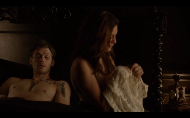 File:4x16-Klaus tells Hayley about her family 2.png