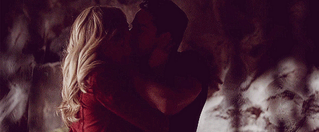 File:Klaus kissing Caroline in Tyler body 3x22.png