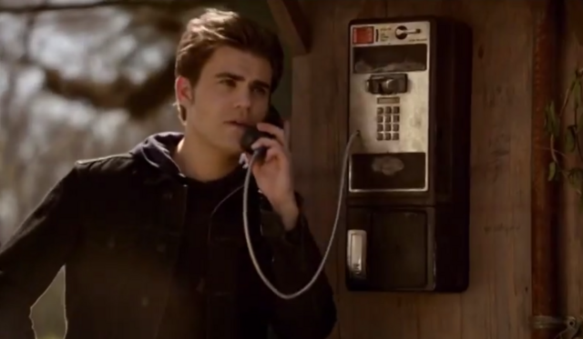File:Stefan talking with Damon on the phone 5x21.png