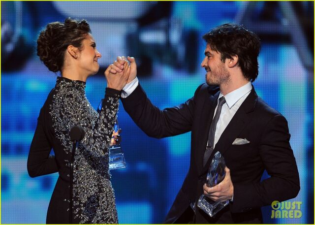File:Ian-somerhalder-nina-dobrev-joke-about-their-breakup-at-peoples-choice-awards-11.jpg
