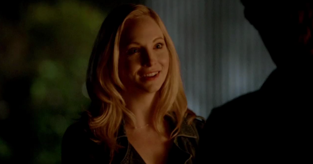 File:Caroline talking with Stefan 5x20.png