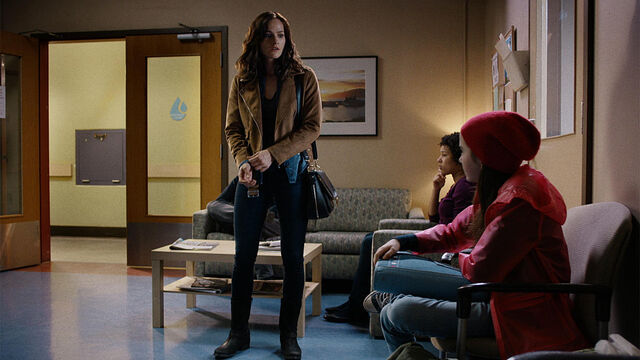 File:Seen You 1x02 Vanessa and Dylan at clinic.jpg