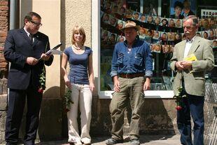 Bürgermeister Rüdiger Eisenbrand eröffnet die Steinverlegung.jpg