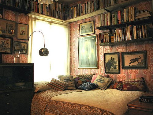 Interiorspinkredvintagebedroombedbooks-fa8de8c6850bc875b89ff94a709db64a h