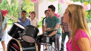 """Violetta Los chicos cantan """"Te fazer feliz"""" (Temp 2 Ep 33)-0"""