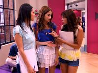VIOLETTA-29-Camila-e-Fran-tentam-convencer-Violetta-a-cantar