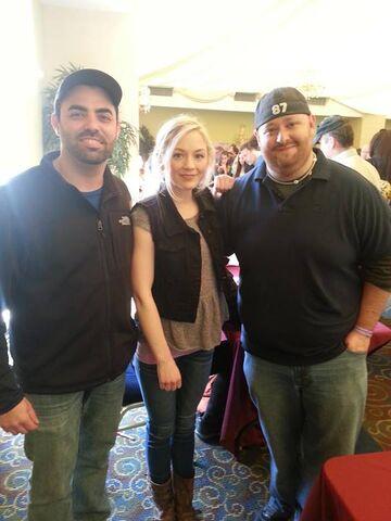 File:Emily at walker stalker con with 2 lucky men.jpg