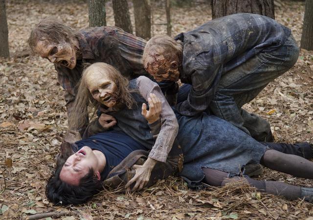 File:AMC 516 Walkers Attack Glenn.png