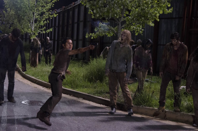 File:AMC 609 Glenn Shooting Walkers.png
