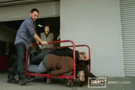 File:Chase sacando los cadaveres del almacen.jpg