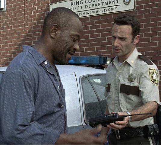 File:1x01 DaysGoneBye - Morgan i Rick przed posterunkiem.jpg