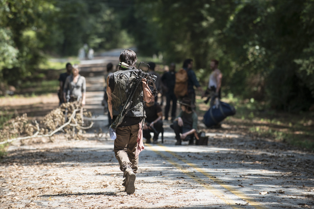 File:AMC 510 Daryl Behind Group.png