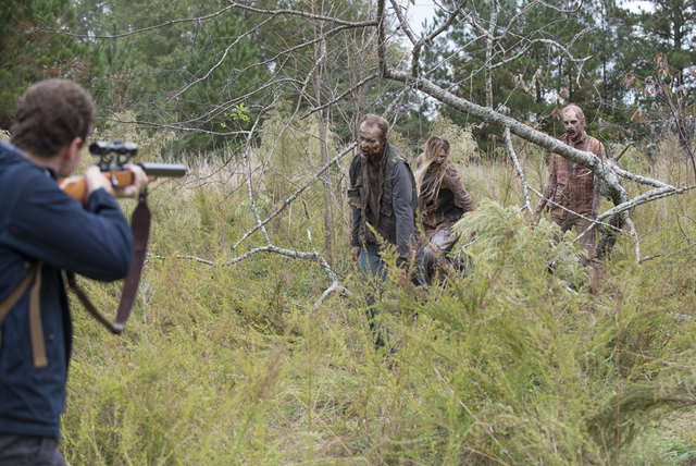 File:AMC 513 Aaron Shooting Walkers.png