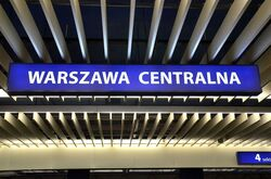 Kaseton z nazwą dworca na peronie Warszawa Centralna.JPG