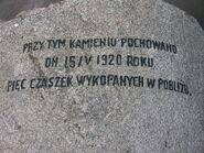 Napis na pierwszym kamieniu pamiatkowym w parku Traugutta