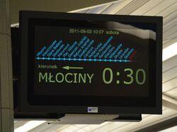 Elektroniczna tablica informacyjna na peronie metra.JPG