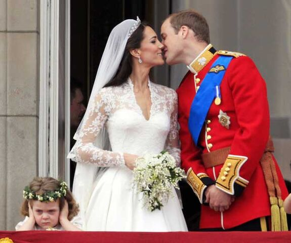 File:Britain-s-prince-william-kisses-his-wife-kate-duchess-of-cambridge-on-the-balcony-of-buckingham-palace-pic-ap-702483650.jpg