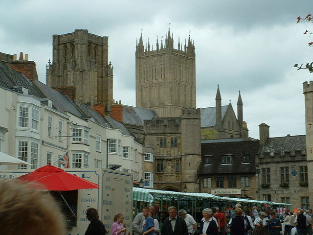 Plik:Wells Cathedral and market square.jpg