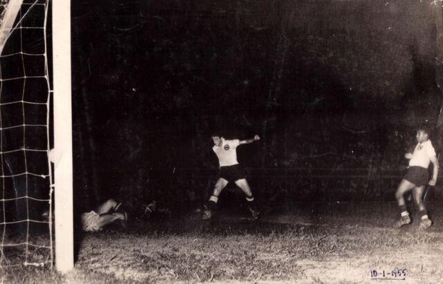 File:Juan Quincoces marcando gol 10-01-1955.JPG