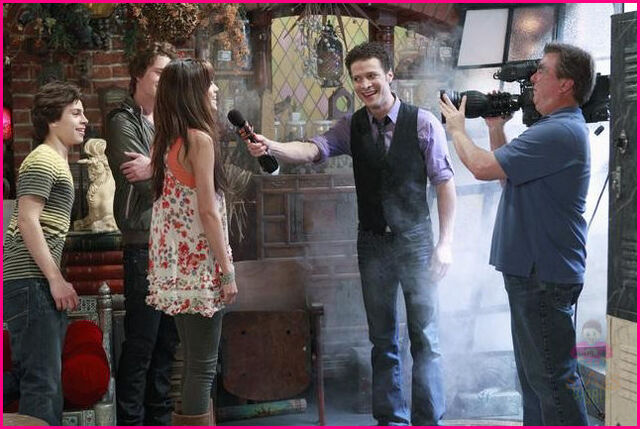 File:Wizards-Of-Waverly-Place-Wizard-of-the-Year-Stills-2.jpg