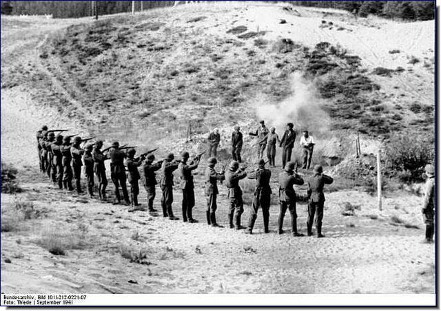 File:German troops executing partisans, Eastern Front 1941.jpg