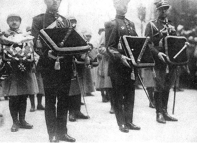 File:640px-Foch funérailles bâtons de maréchal.jpg